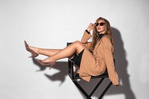 Blazer-Herbsttrends 2021: Model im Blazer sitzt auf einem Stuhl