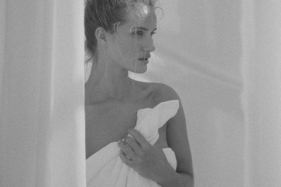 Rosie Hunntington-Whiteley hält ihr Handtuch fest.