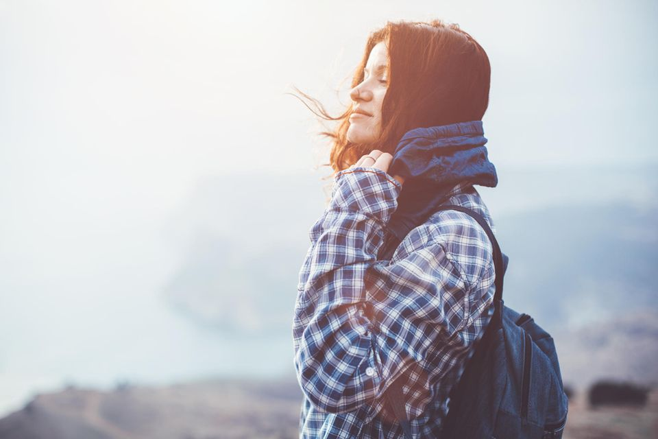 Kurzreise im Herbst: Glückliche Frau