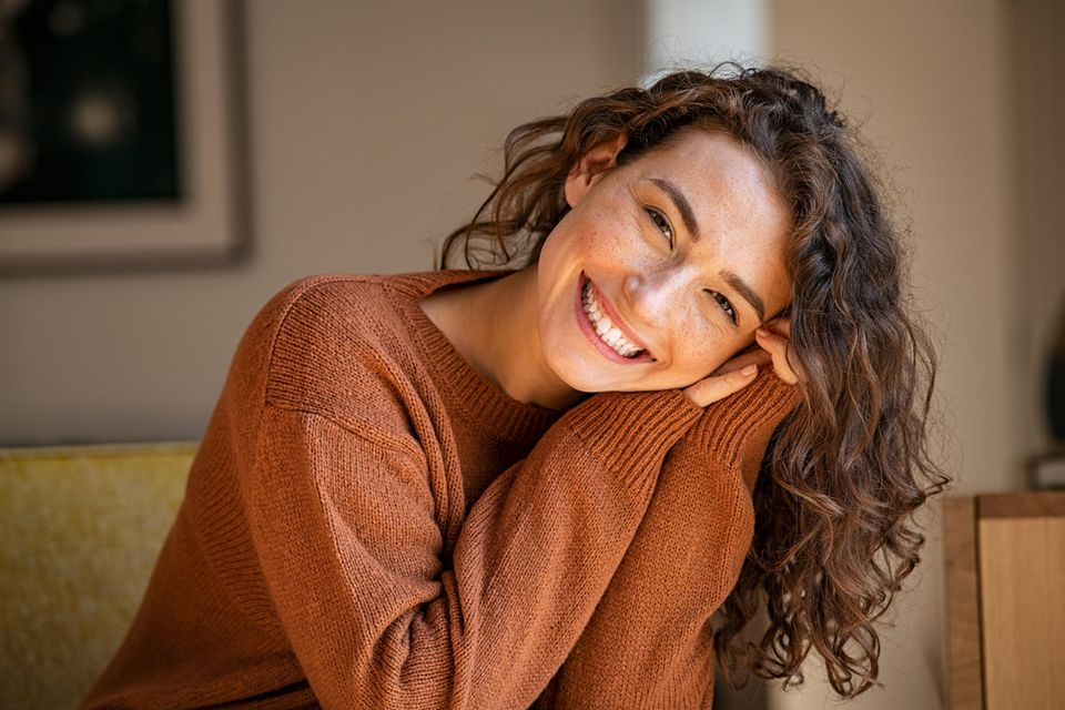 Innere Zufriedenheit: Frau lächelt glücklich