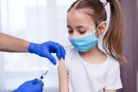 Corona Impfung für Kinder ab 5: Mädchen wird geimpft