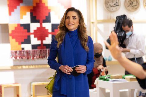 Königin Rania interessiert sich sehr für Handwerkskunst, und fördert diese auch. Für ihren Besuchvon Jordan River Designs in Amman hat sie sich daher besonders elegant gestylt: In royalblauer Seidentunika und weißer Hose von Loewe und passenden Satin-High-Heels von Dior bezaubert sie im Showroom. Die limonengelbe Flamingo Clutch, ebenfalls von Loewe, bildet einen tollen farblichen Kontrast zu diesem königlichen Look.