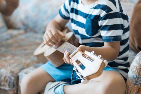 Musiktherapie: Kind spielt Gitarre