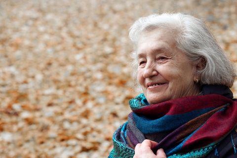 Psychologie: Eine frröhliche ältere Frau im Herbst