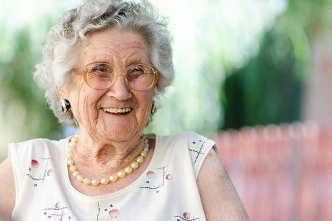 Horoskop: Eine fröhliche alte Frau