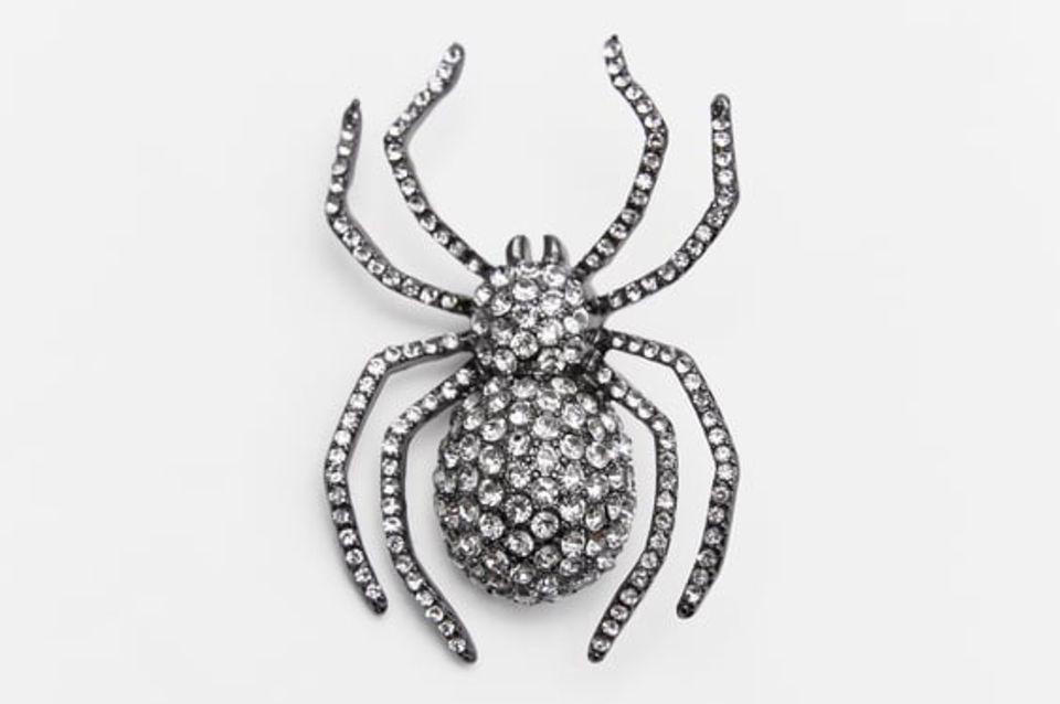 Die mit Strasssteinen besetzte Brosche in Spinnenform wertet selbst das schlichteste Outfit auf – Gruselfaktor inklusive.Von Zara, ca. 13 Euro.