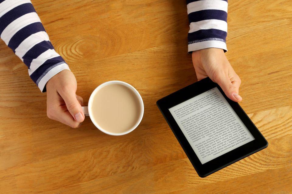 Kindle und Kaffee auf Holztisch, Lesen auf dem Kindle