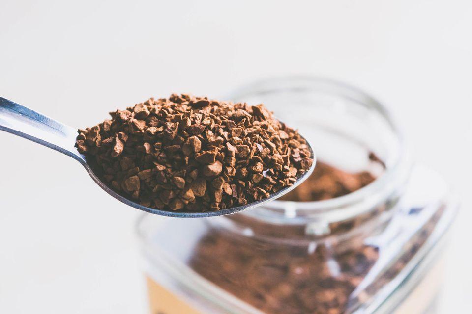 """Glassplitter im """"Nestlé""""-Kaffee: Löslicher Kaffee auf einem Löffel"""