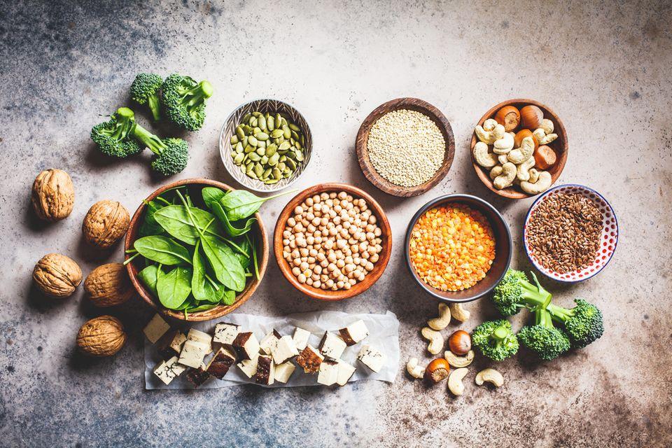 8 Lebensmittel, die unsere Hormone regulieren können: Spinat, Walnüsse, Leinsamen, Soja, Brokkol