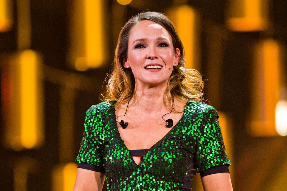 Carolin Kebekus: Carolin Kebekus im grünen Glitzer-Outfit auf der Bühne