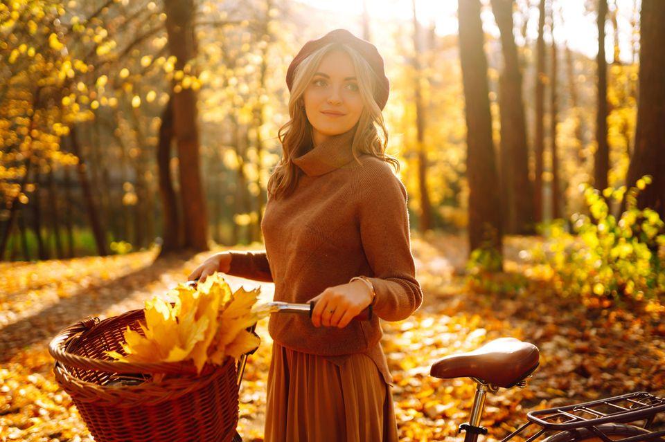 Horoskop ab 29.10.2021: Junge Frau genießt die Herbstsonne